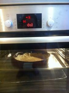 Песочный пирог с черникой и творогом