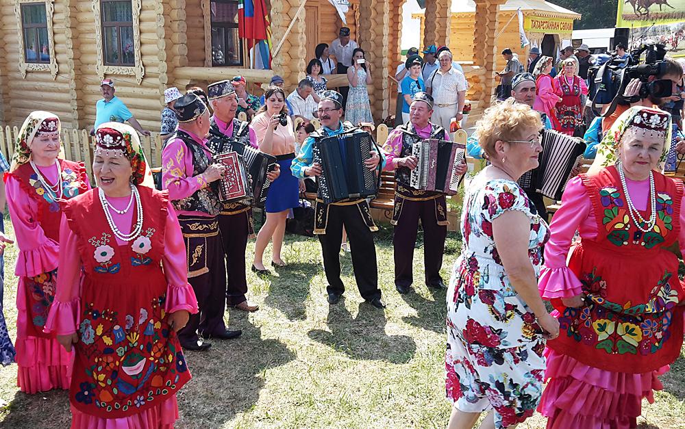 В цветастых платьях танцы