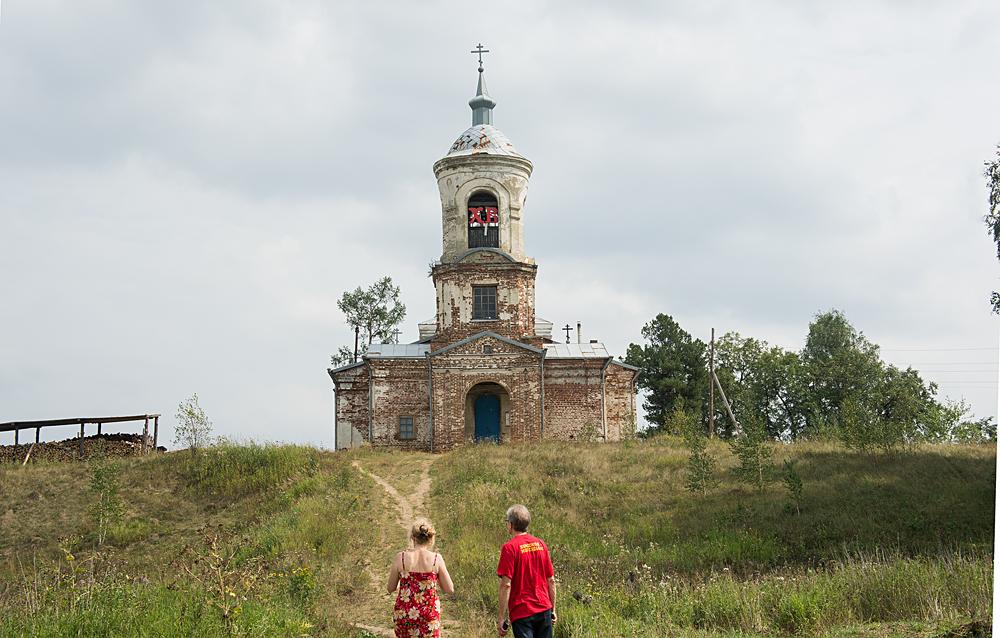 И снова на холме старинный храм