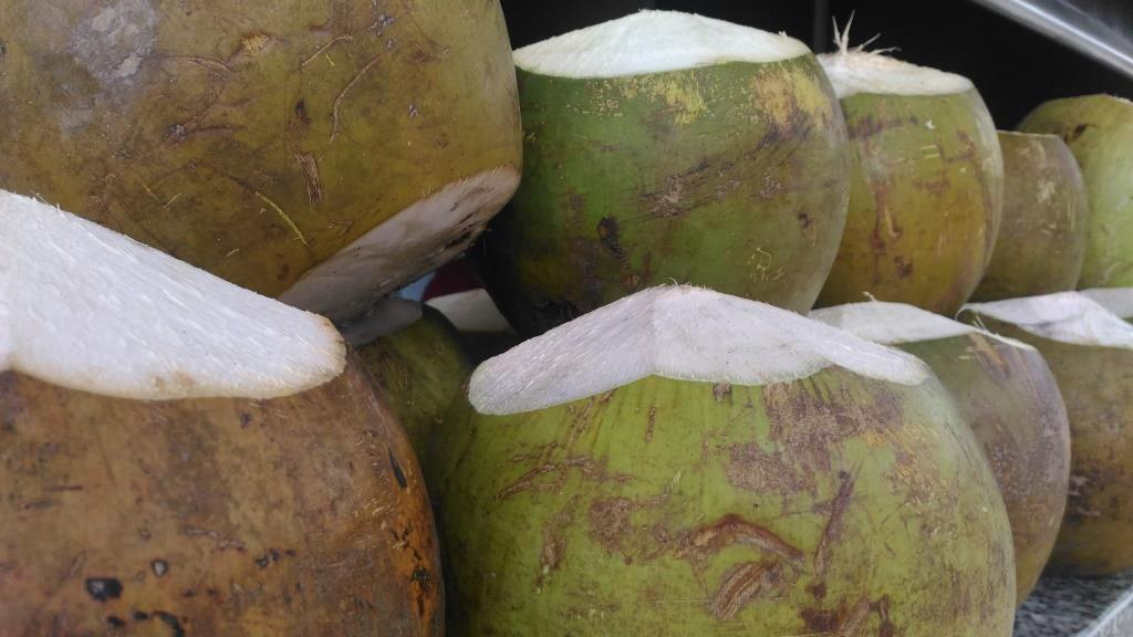 Кокосы продают с трубочкой в качестве коктейля
