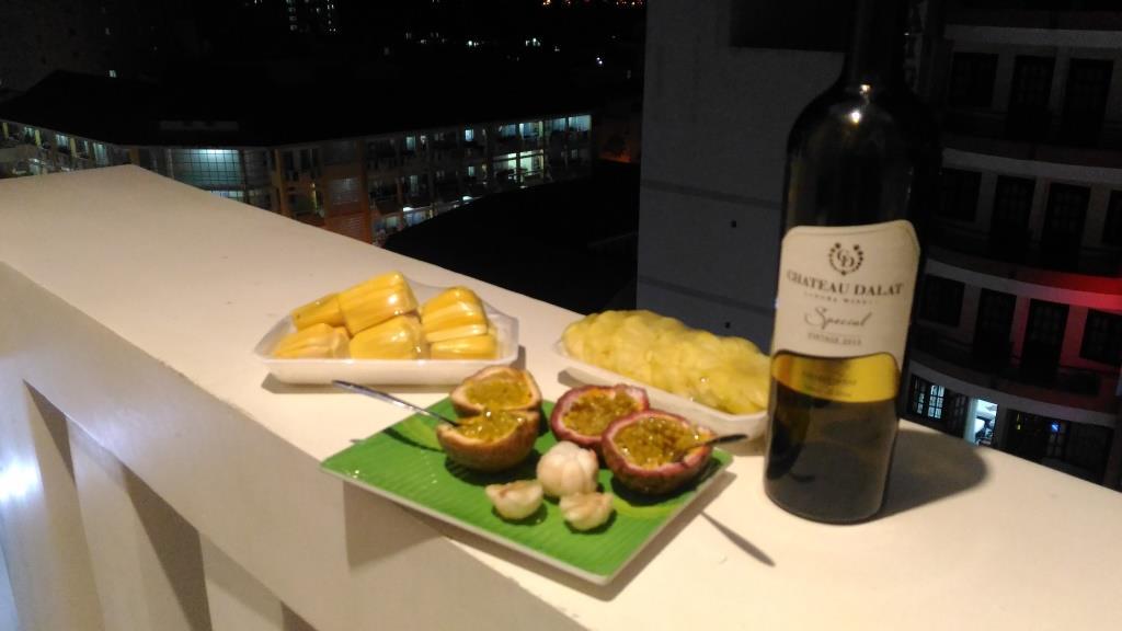 Местное вино из города Далат + фрукты (маракуйя, мангостин, ананасы в нарезке и хлебное дерево)