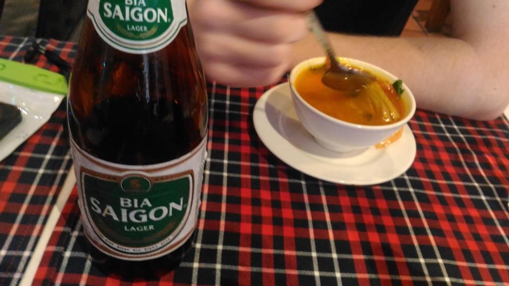 Пиво Сайгон + суп Том Ям. Самое дешевое пиво найдено в кафе Local - 7000 донгов в кафе и 10000 на вынос