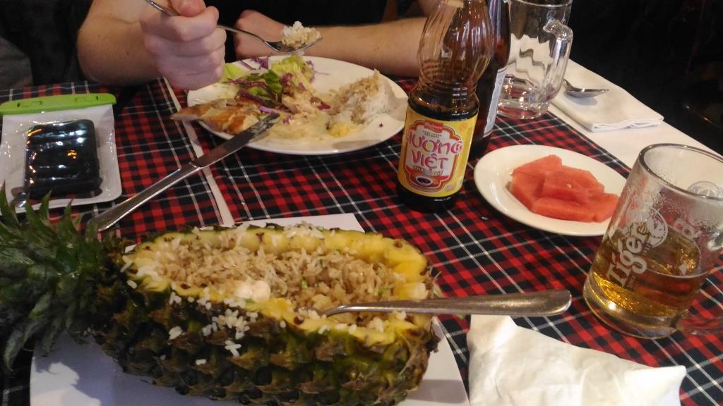 Трапеза в кафе Local. В обед есть комплексное предложение: суп + горячее + салат + десерт = 80000 донгов. Это очень дешево