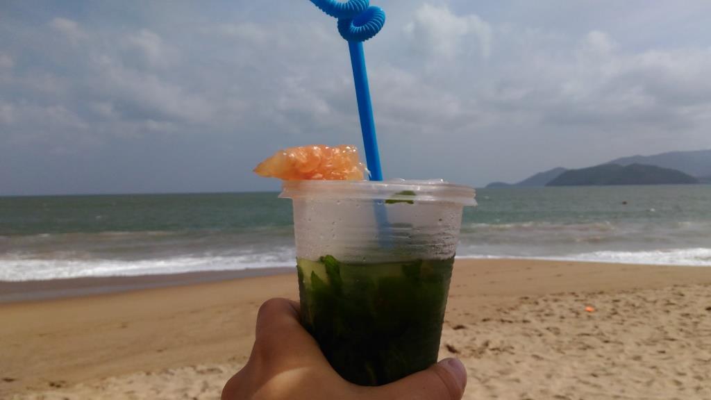 Мохито на пляже. Малюсенький стаканчик стоит 90000 донгов