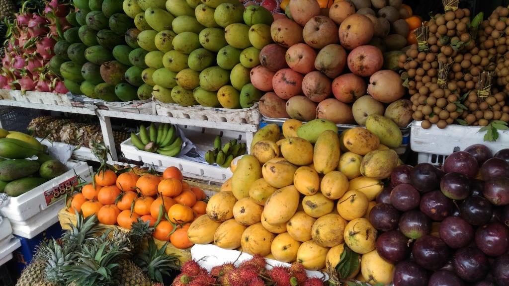 Продавец поможет выбрать фрукты в дорогу, упакует их в корзинку и взвесит
