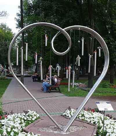 памятник влюблённым в саду эрмитажа