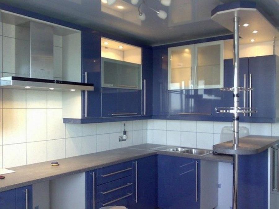 Кухня угловая синяя - барная стойка удобно зонирует помещение