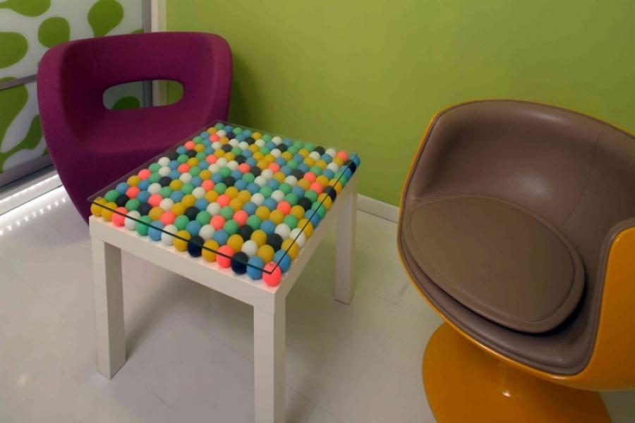 Журнальный столик с отделкой мячиками для пин-понга -- необычная идея.