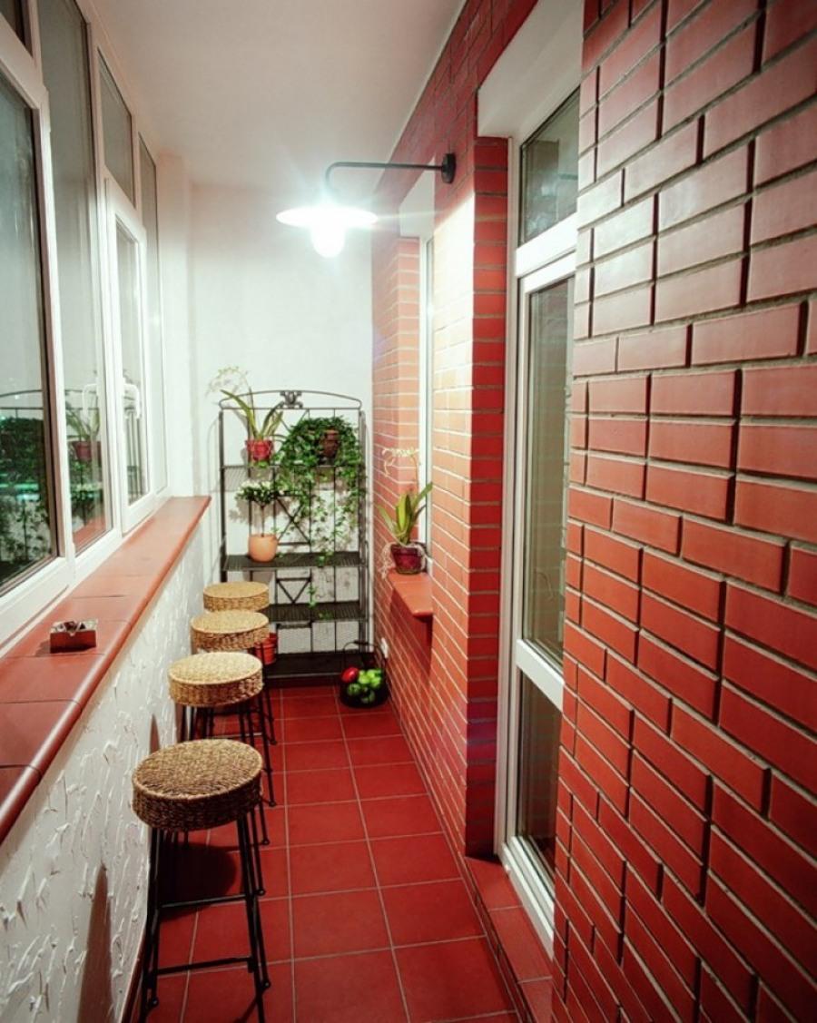 В интерьере балкона можно также применять камень натуральный или искусственный.