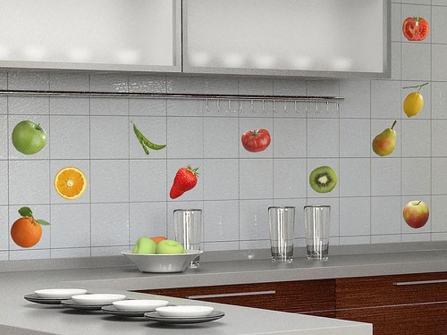 Фартук на кухне может быть светлым или темным, ярким и разноцветным, любым.