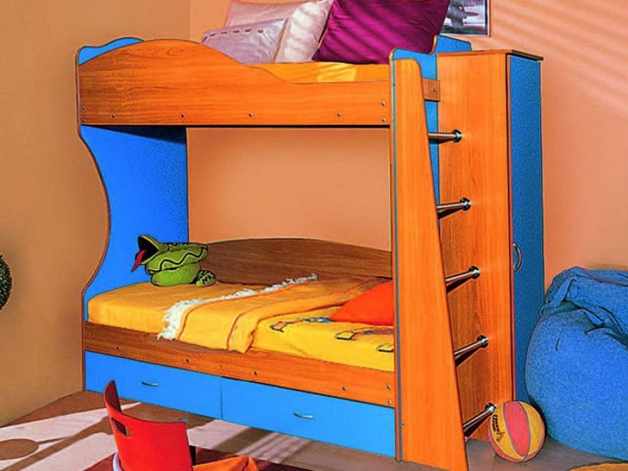 Яркая двухъярусная кровать станет прекрасным решением для игр и сна двоих детей в семье.