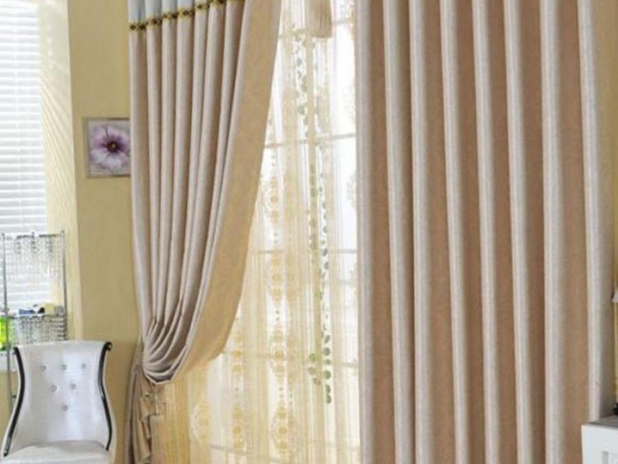 Бежевые шторы - спокойные тона в интерьере.