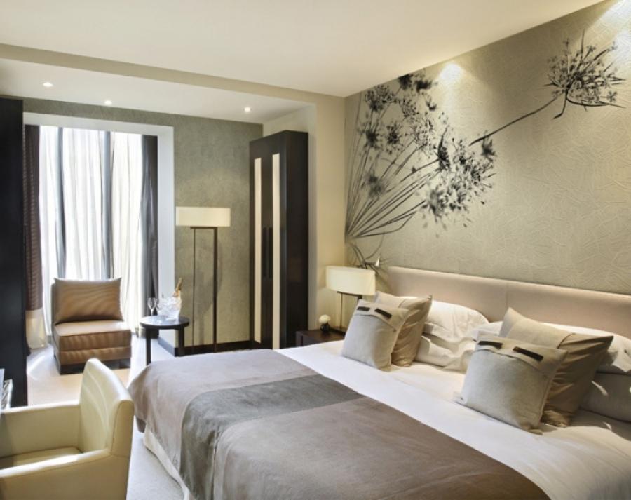 Обои в спальню могут быть с узором или красивым рисунком.