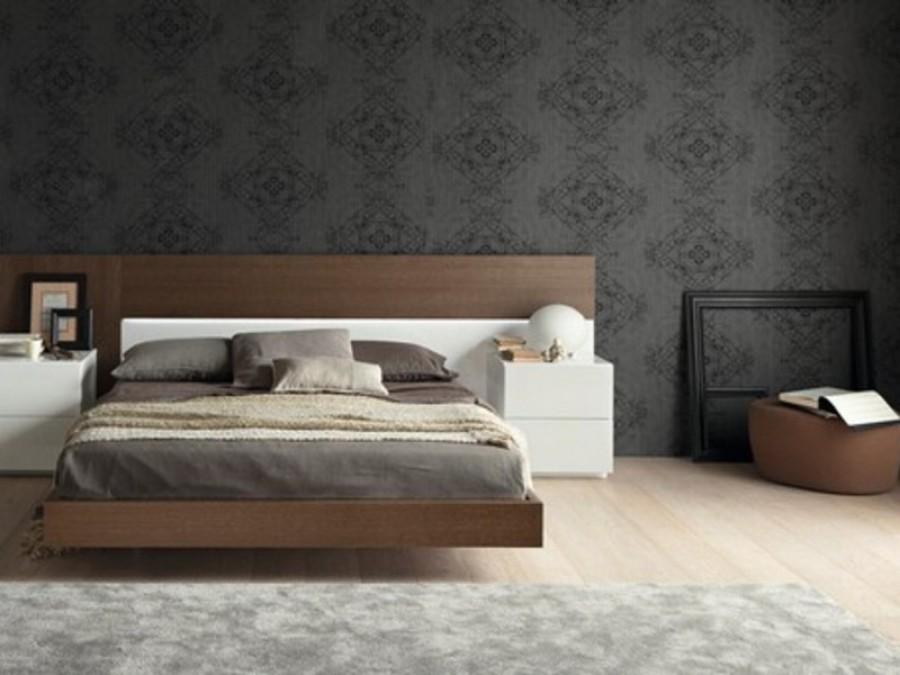 Обои темных оттенков также уместны в спальне