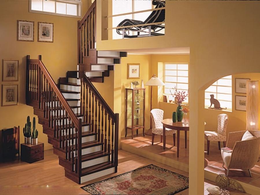 Лестница на второй этаж из лиственницы