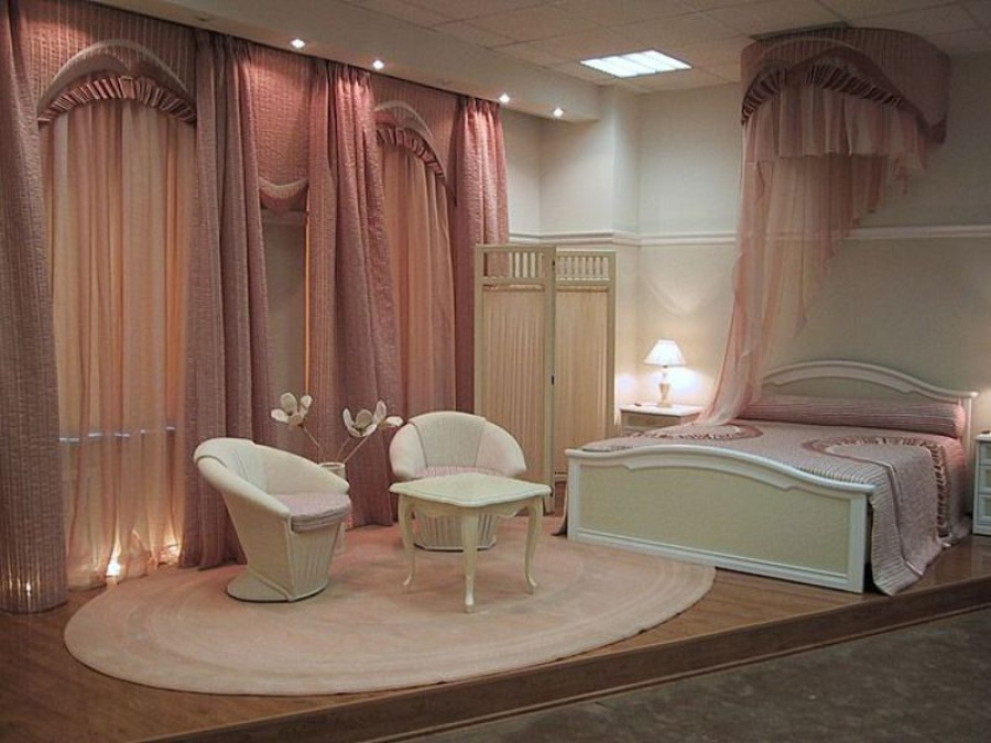 Оформление спальни шторами