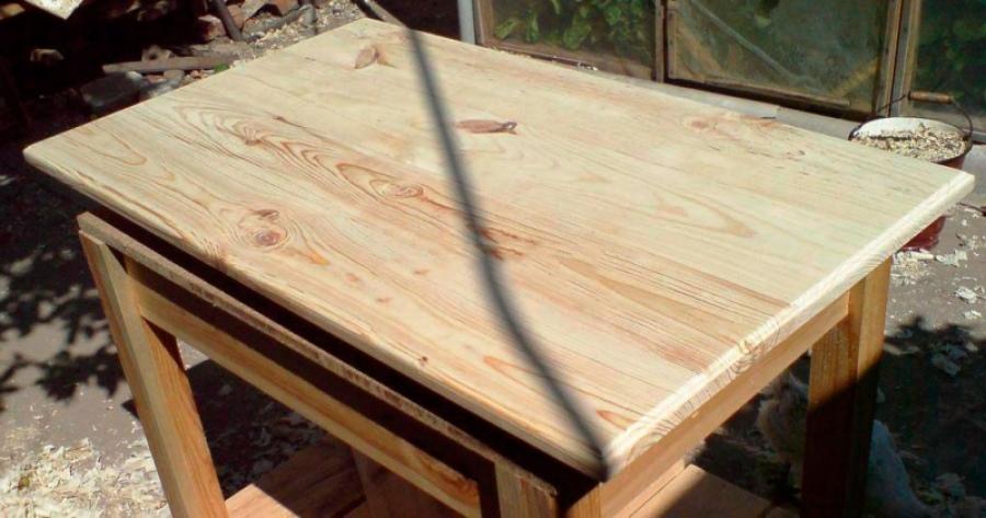 Вы можете смастерить обеденный стол для дачи или кухни.
