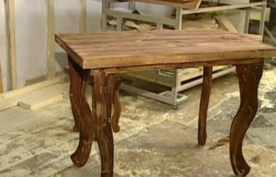 Обеденный стол с резными ножками - это очень красиво.