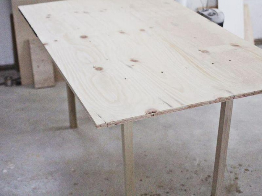 Стол - это не так сложно, самые простые конструкции может сделать даже начинающий мастер.