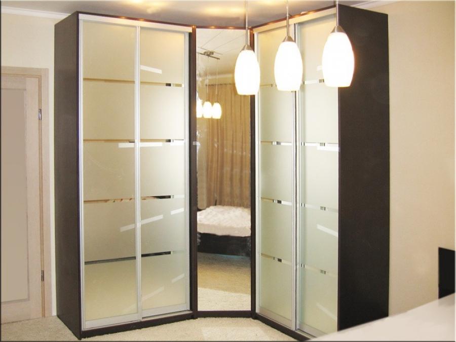 Зеркальный угловой шкаф -- вариант дизайна