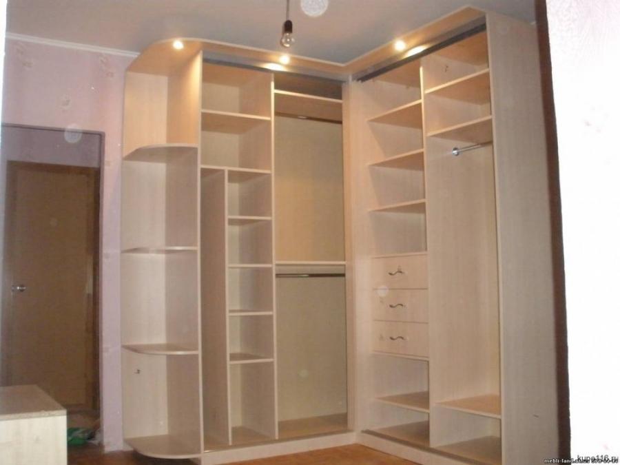 Угловой шкаф купе с множеством полочек для коридора в светлых тонах.