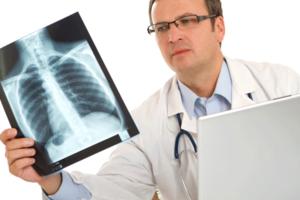 Причины болей в спине могут быть самыми разнообразными, иногда без обследования не обойтись