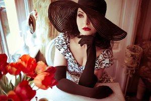 Дама в шляпе бальзаковского возраста