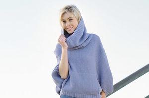Голубой вязанный свитер