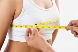 Для того чтобы правильно определить объем груди, необходимо надеть плотный бюстгалтер