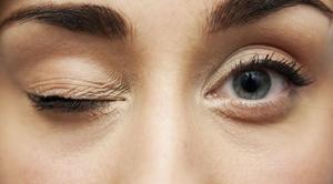 Подергивание глаза  справа