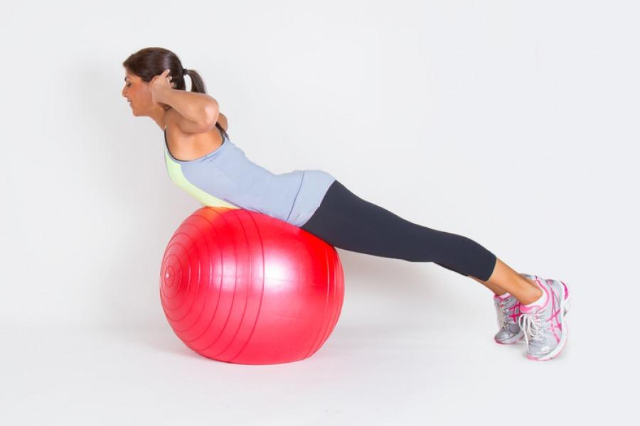 20 суперэффективных упражнений с фитболом для занятий дома ...