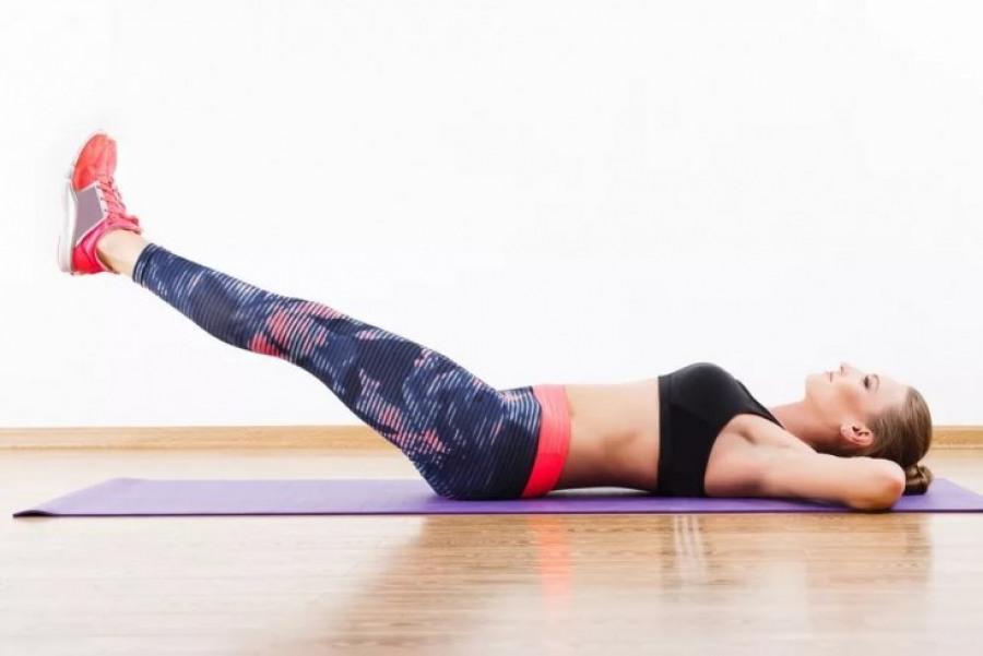 Упражнение «ножницы» для проработки мышц живота и ног