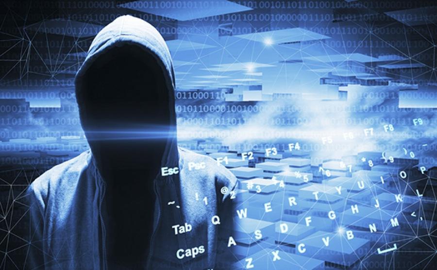 Хакер в капюшоне на синем цифровом фоне